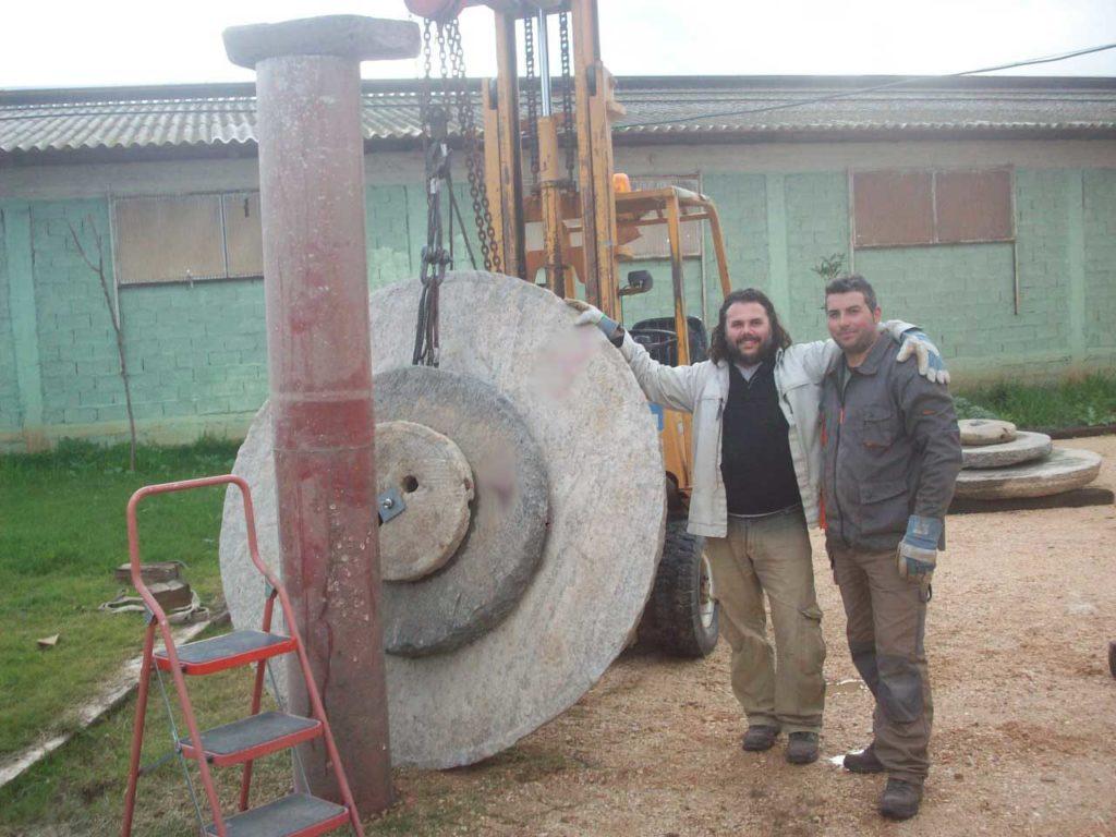 Ο Στέλιος ποζάρει με τις τεράστιες ρόδες του υπό κατασκευή Δούρειου Ίππου.
