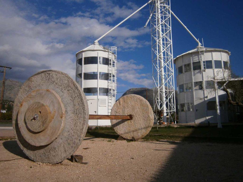 Οι ρόδες από τον τεράστιο Δούρειο Ίππο που ετοιμάζεται…. Φανταστείτε το μέγεθος!